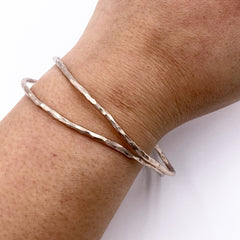 ROSE GOLD HAMMERED ROUND WIRE BANGLE