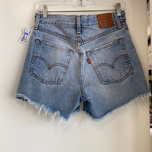 Load image into Gallery viewer, Levi Shorts Size 3/4