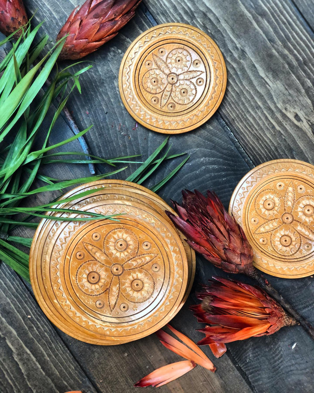 Graduated Carved Plate Set (6)