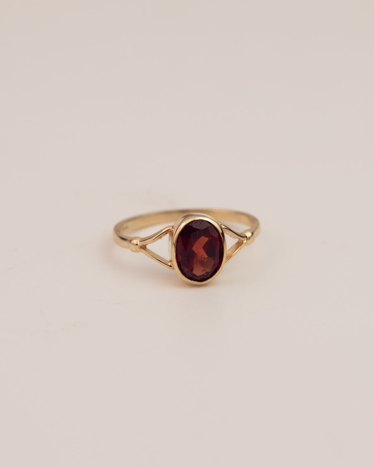 Elva Exclusive Vintage 14ct Gold Garnet Solitaire Ring