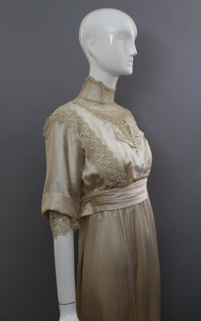 1890s VICTORIAN cream silk & lace near MINT edwardian antique WEDDING gown bridal dress 1800s vintage