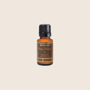 Orange & Evergreen Refresher Oil is designed to refresh your Decorative Fragrance year-round. The highly concentrated oil quickly absorbs into the wood chips and fills any space with a delightful holiday scent of fragrant citrus fruits with a touch of evergreen, cardamom, and florals.