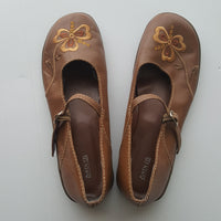 ZUKEN CO. brown flower leather Mary-Jane shoes - size 9