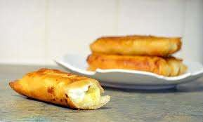 Fried cheesecake spring rolls, & sliced bananas