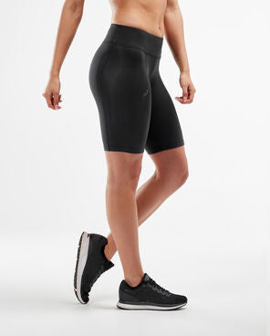 2xu mid-rise compression cycling shorts in black side view, cycling shorts, biker shorts, 2xu compression shorts, 2xu shorts, mid rise shorts, pose fit