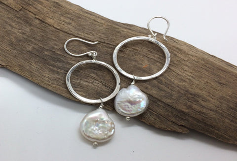 Freshwater pearl earrings with a circle