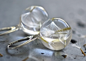 White resin gold plated earings with dandelions short hoop.