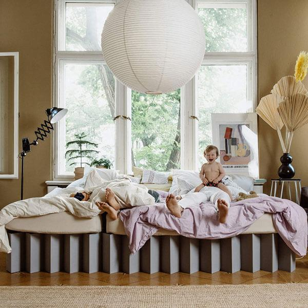 Co-Sleeping im ROOM IN A BOX Familienbett aus Wellpappe