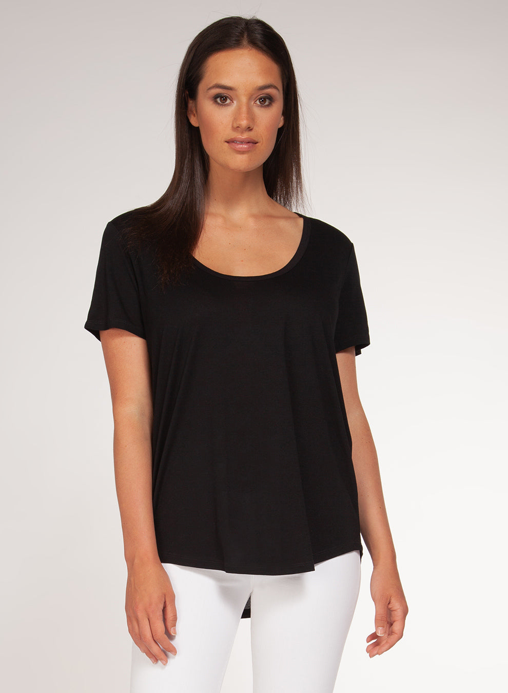 SHORT-SLEEVED SCOOP NECK BASIC TEE - BLACK