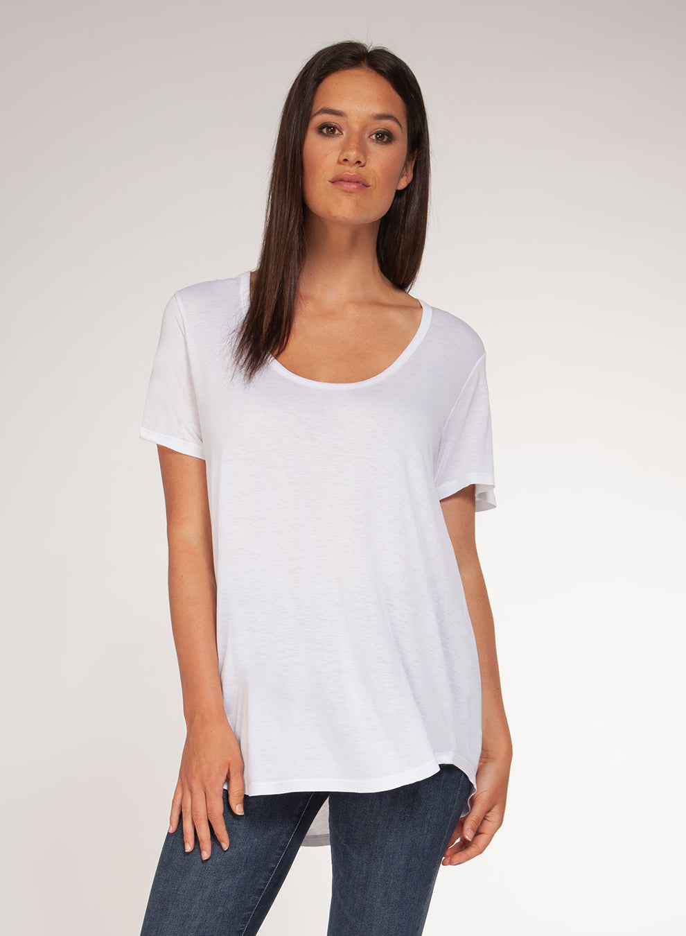 SHORT-SLEEVED SCOOP NECK BASIC TEE- WHITE