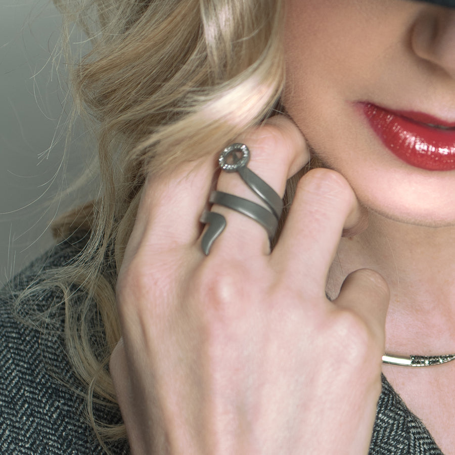 SNAKETRIC RING BLACK WITH GEMSTONES