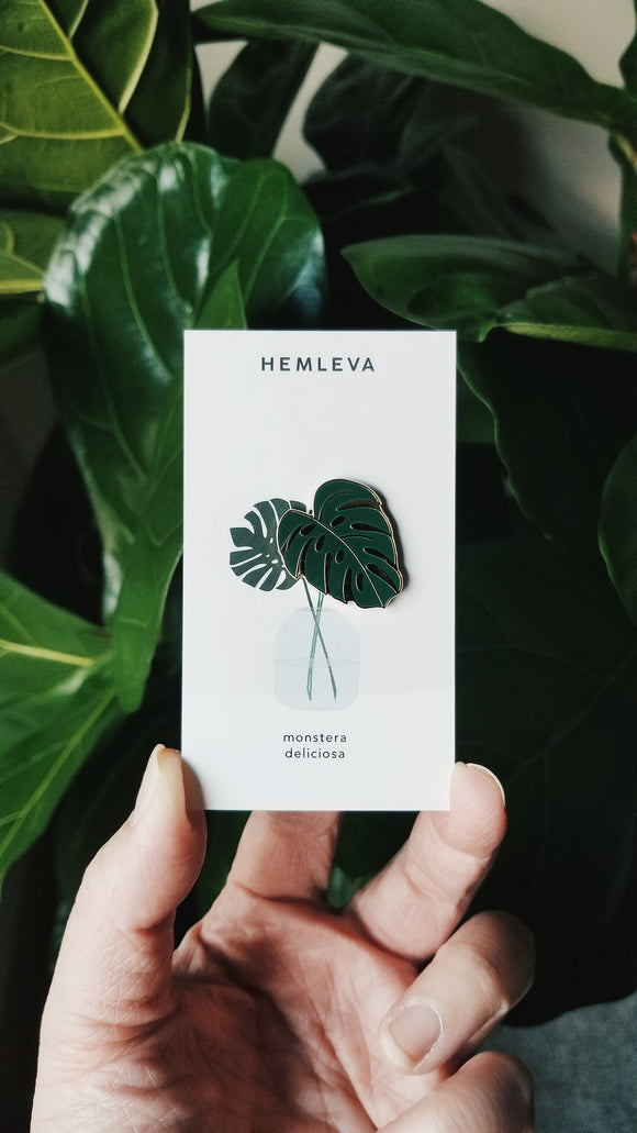 Hemleva Monstera enamel pin