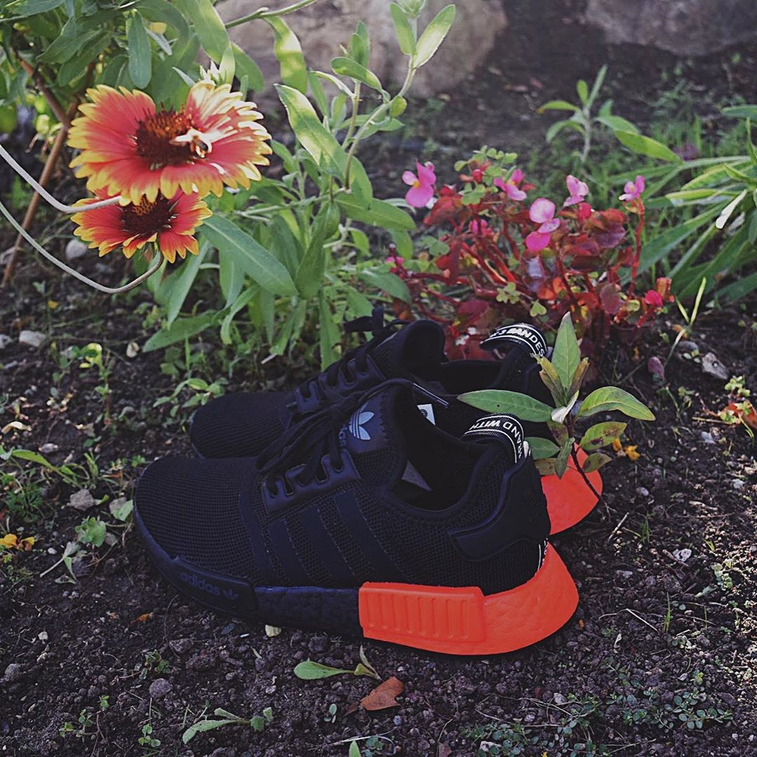 NMD_R1 J CORE BLACK/SOLOR RED