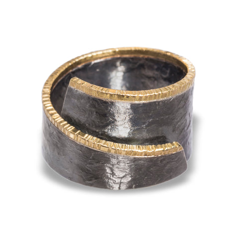 Ring in oxidized sterling and 18k gold edge