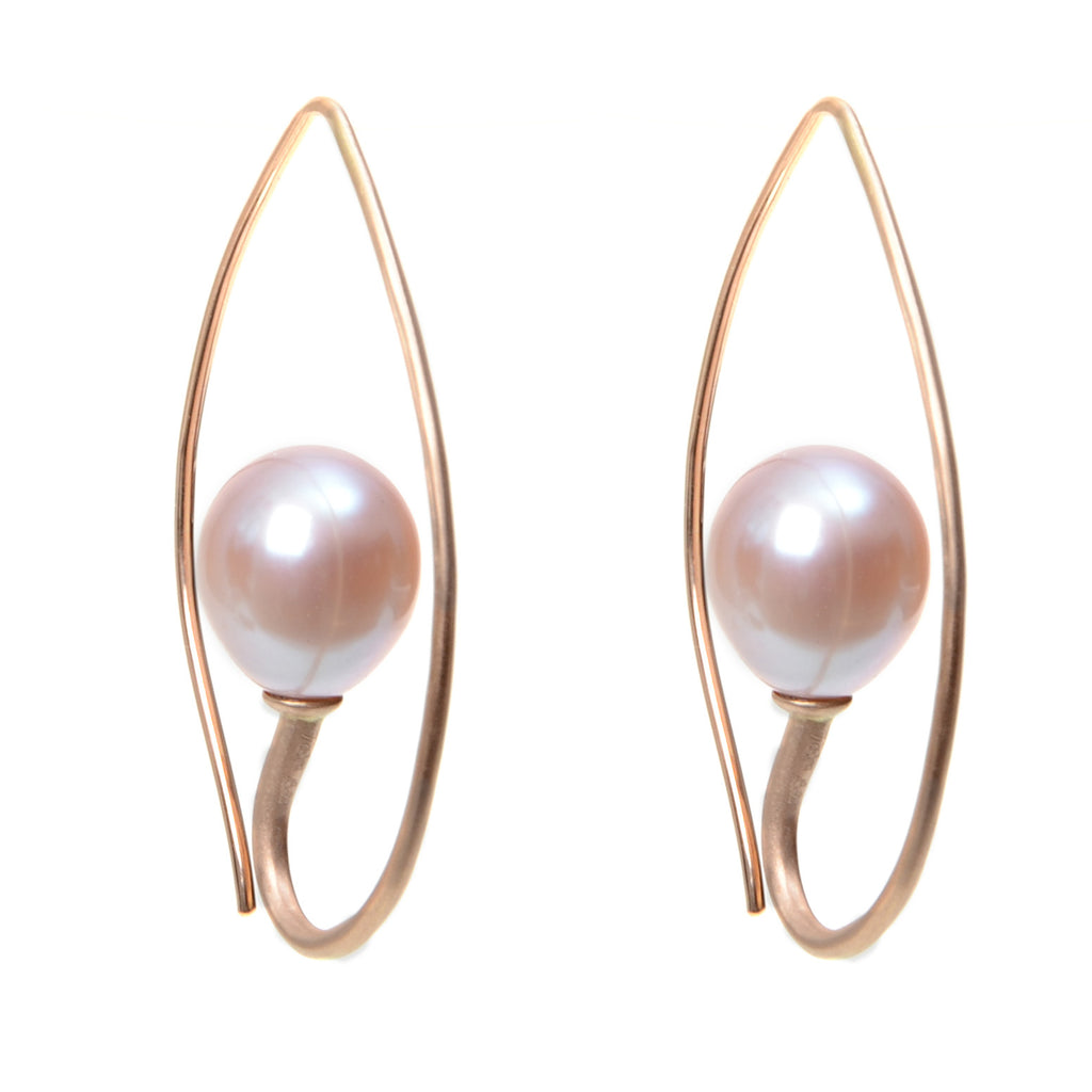 Inverted hoop earring in 18krg with pink freshwater pearl