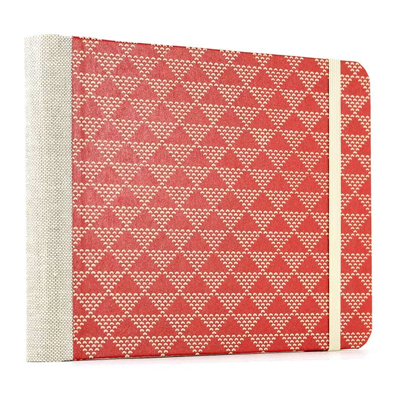 Skizzenbuch / dotted-triangles-on-red  / Jap.Lackdruckpapier / blanko / 12x17cm / Querformat