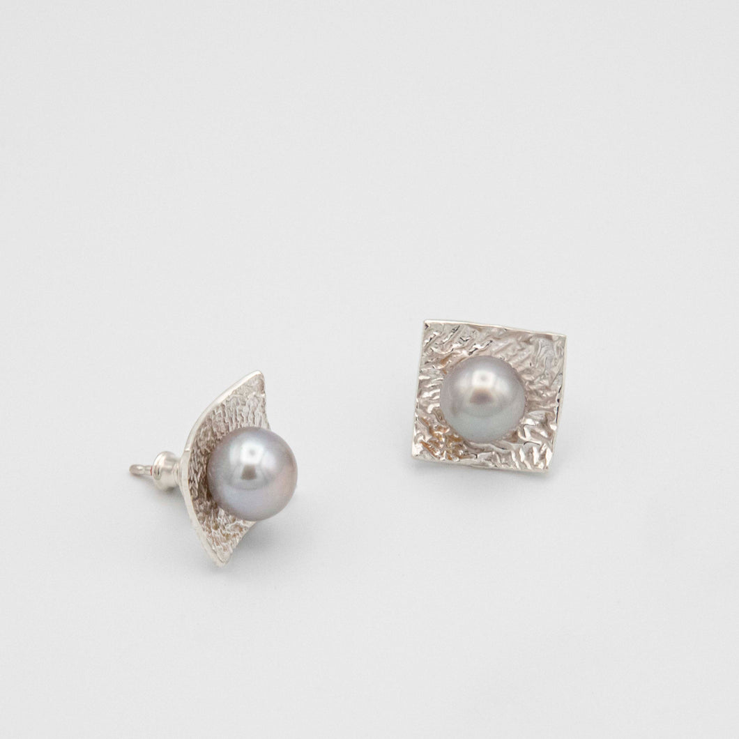 SQUARE EARRINGS WITH GREY PEARL