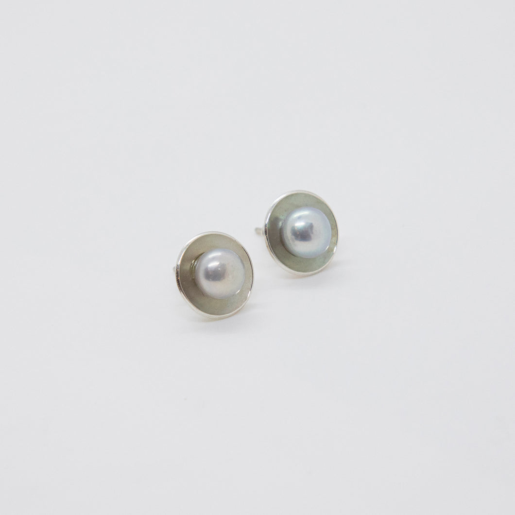 CUP PEARL EARRINGS ON POSTS