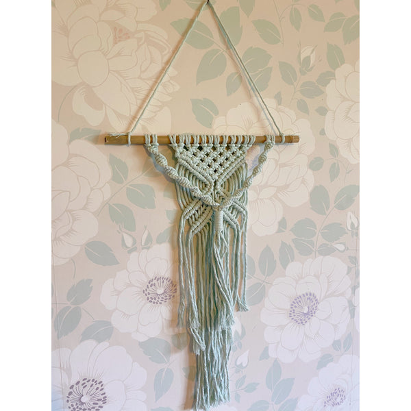 """Kiss"" Macrame Wall Hanging - White January"