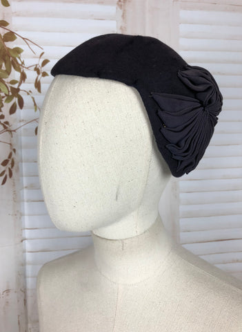 Original 1950s 50s Vintage Navy Blue Hat With Pleated Petersham Ribbon Pinwheel Cockade
