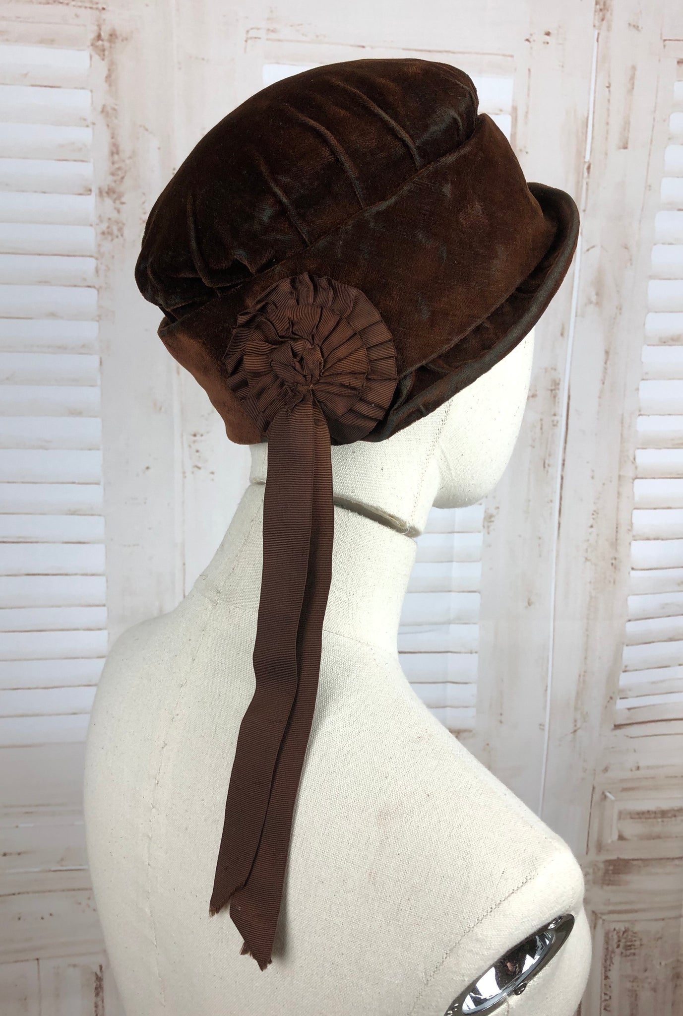 Original 1920s 20s Vintage Flapper Brown Velvet Cloche Hat With Rosette Decoration