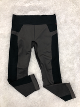 Load image into Gallery viewer, Under Armour Athletic Pants Size Medium