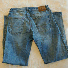 Load image into Gallery viewer, American Eagle Jeans // Size 32