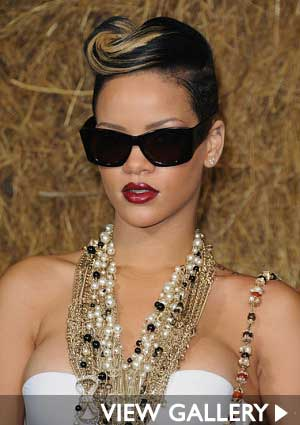 Totally Glam Look: Rihanna combines pearls with gold chains