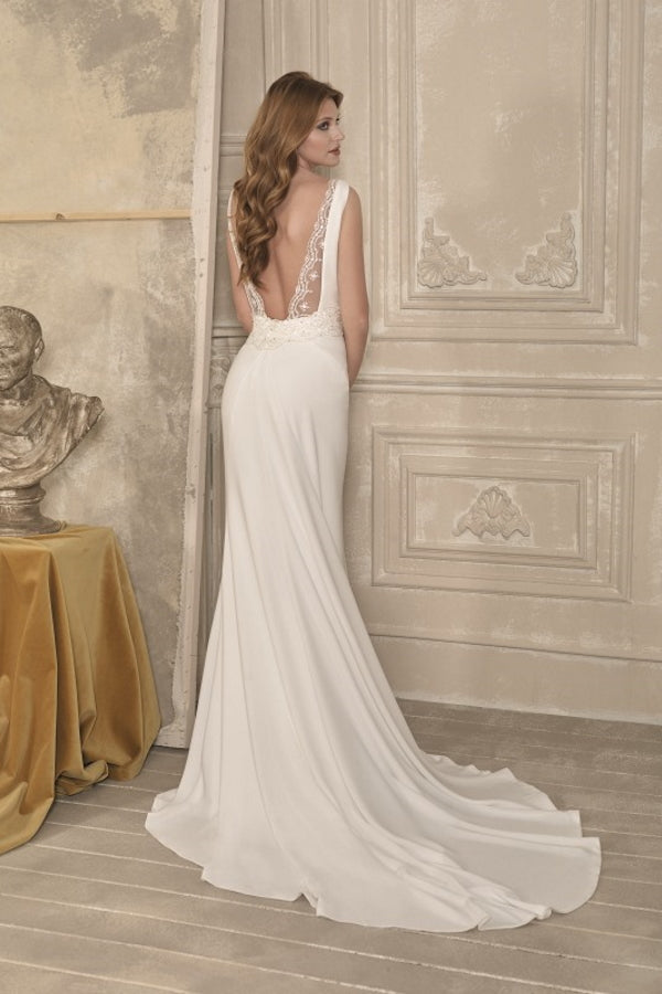 Luca by Novia D'art is a beautifully simple fitted wedding dress with a stunning low back finished with a sparkly embellishment detail. Stunning designer discounted dress amazing quality for cheap sale price.