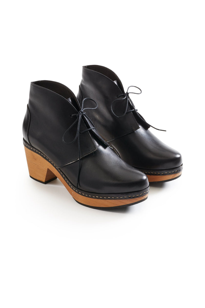smooth toe bootie leather clogs in black