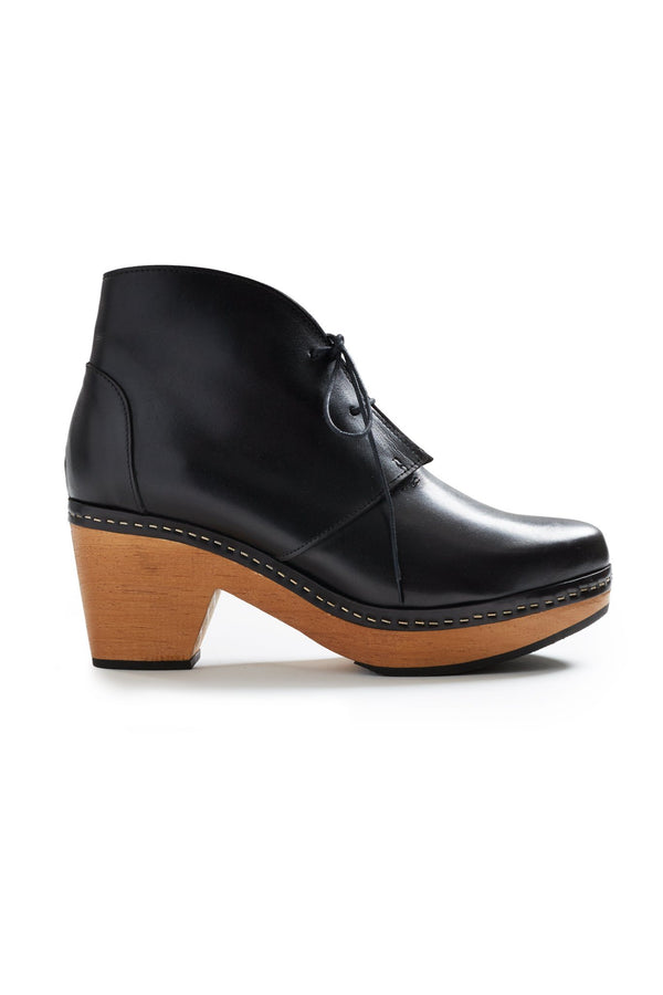 smooth toe leather bootie clogs in black