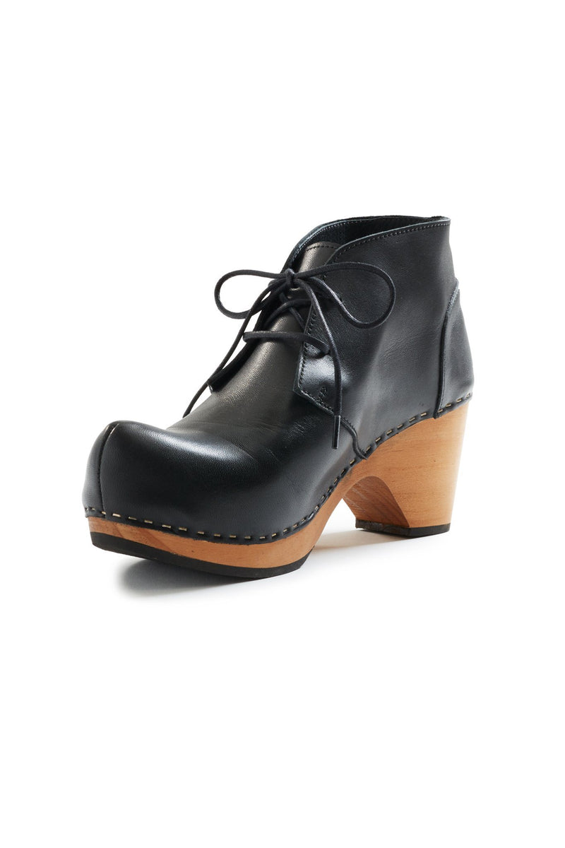 toe seam leather bootie clogs in black
