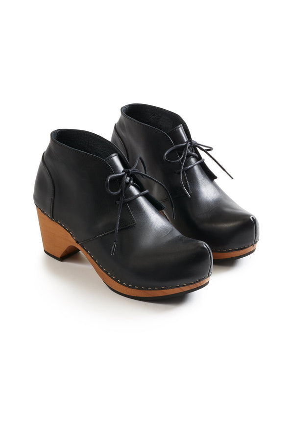 toe seam bootie leather clogs in black