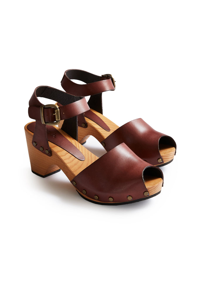 leather peep toe clogs in acorn | lisa b.