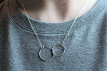 Load image into Gallery viewer, Silver Hammered Linked Circles Necklace