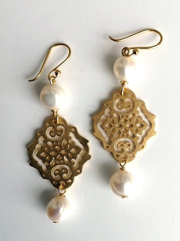 PEARLETTE Brushed gold & freshwater pearl earring