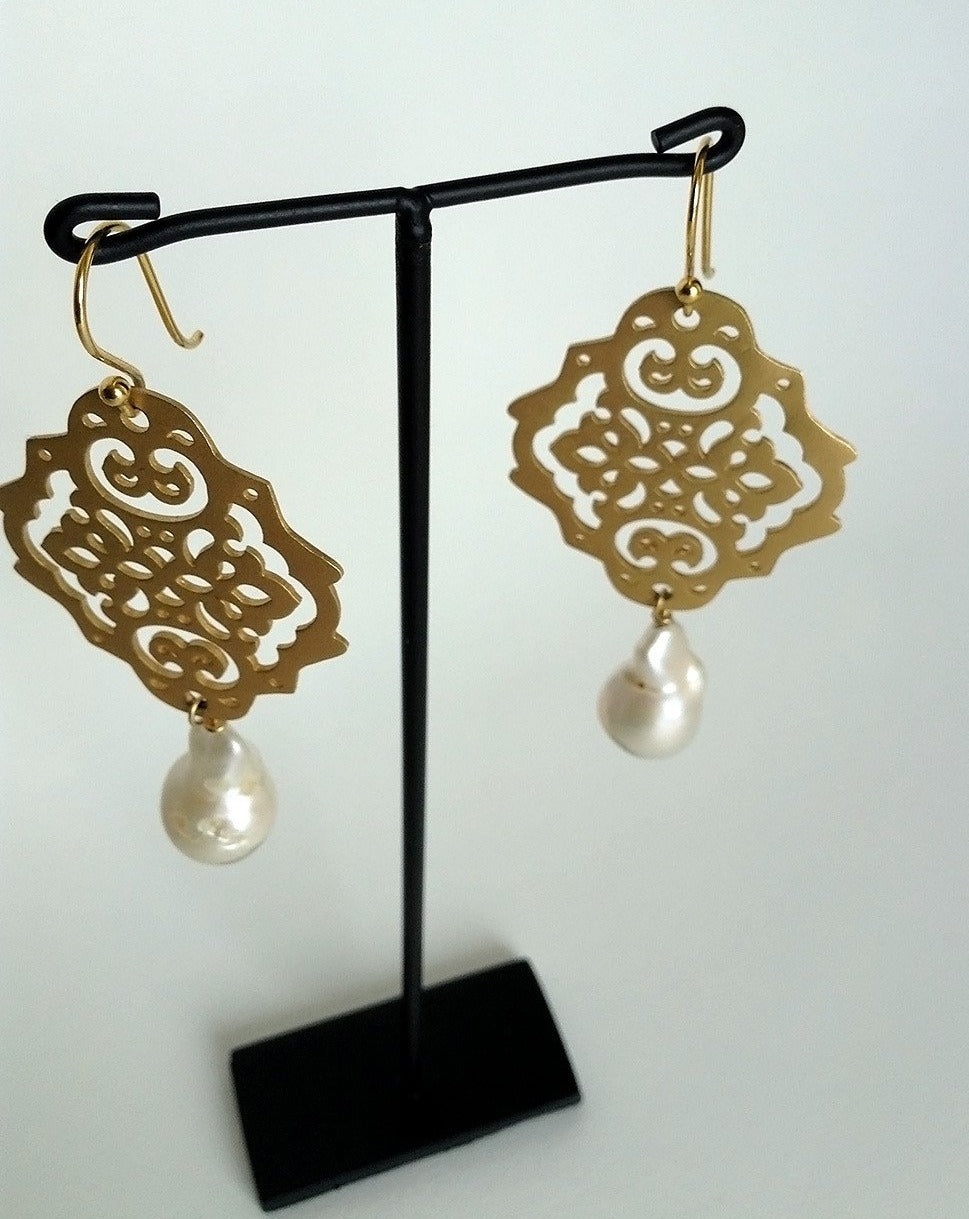 PEARLA EARRING Brushed gold & Baroque pearl drop earring