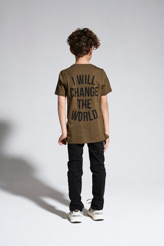 Junge in Sometime Soon Shirt