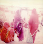 Load image into Gallery viewer, Polaroid India print Femmes au bord du Gange en Inde