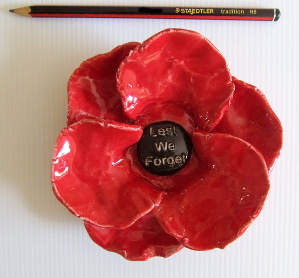 PB85_Poppy_writing_lest_we_forget_RDQ9PSTJ7OUQ.JPG