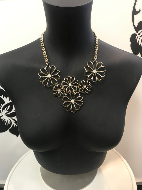 Gold tone flower necklace