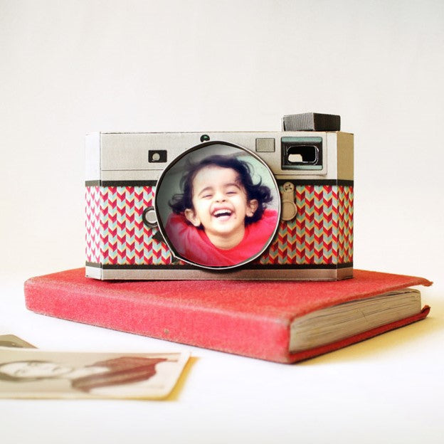 DIY Camera Photo Frame: Realistic Black Design