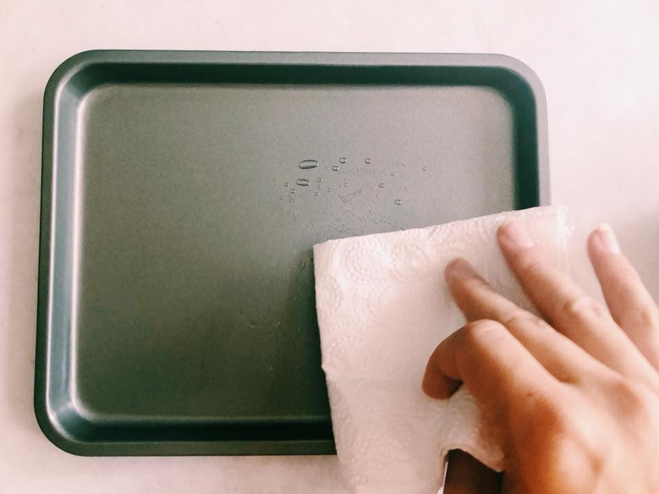 How to grease a baking tray