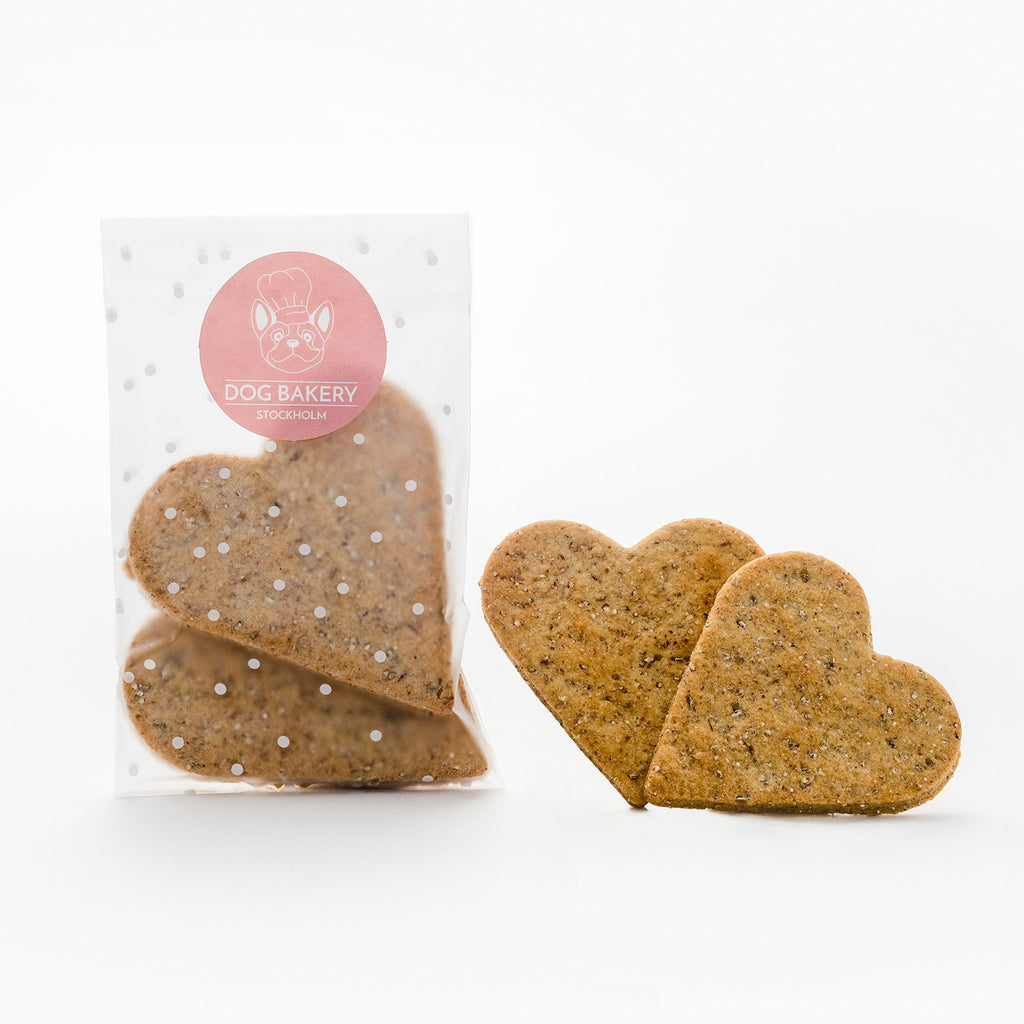 Gulliga och veganska hundkakor i form av hjärtan. Cute and vegan dog cookies.