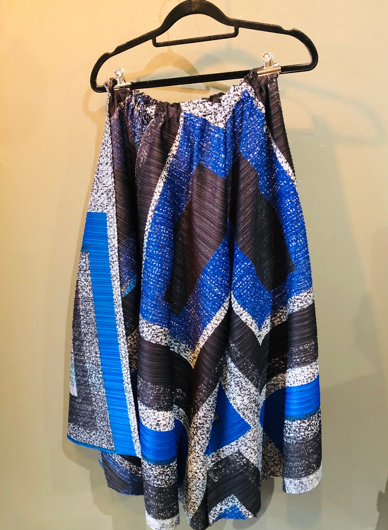 Pleated Pants with geometric print