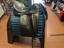 "Load image into Gallery viewer, Wolfgang Solo Dressage Saddle 17.5"" Seat"