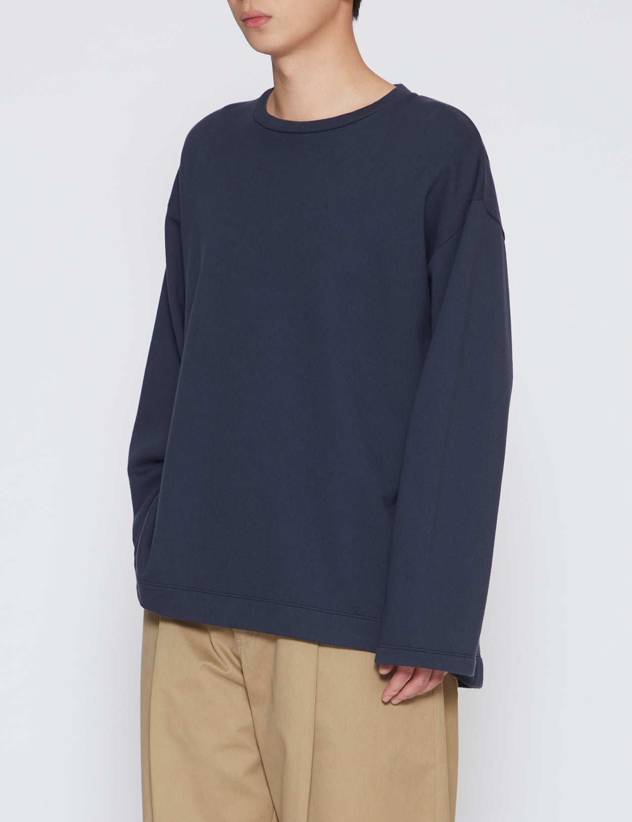 NAVY FLUTTER TAIL BUCK SIDE TUCKED SWEATER
