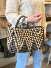 Load image into Gallery viewer, Zig Zag Straw Basket Purse