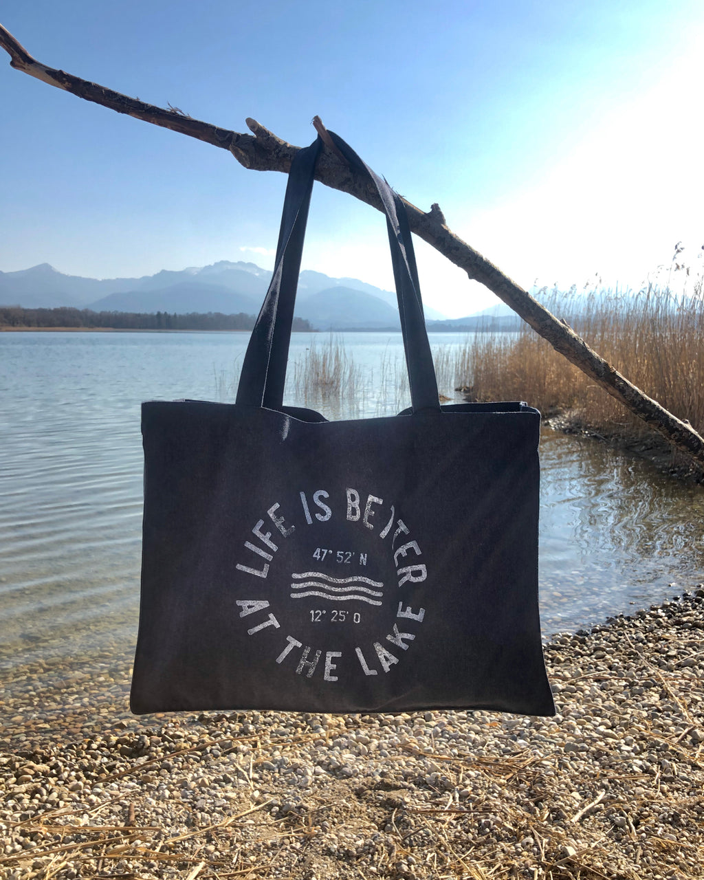 Strandtasche Life is better at the lake mit uraltem Stempeldruckverfahren bedruckt. Exklusiv bei den Three Monkeys 030