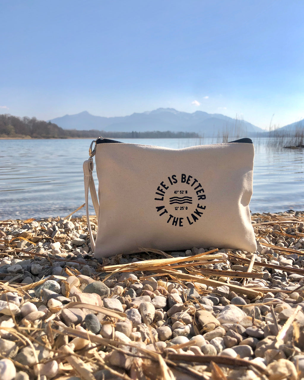 Clutch - Life is better at the lake mit uraltem Stempeldruckverfahren aus 100% Baumwoll-Canvas. Exklusiv bei den Three Monkeys 030